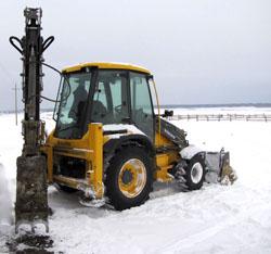 Во время чистки снега водитель экскаватора-погрузчика VOLVO BL61B совершил смертельный наезд на рабочего!