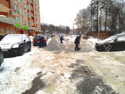 В Красногорске управляющие компании борются с рекордным снегопадом.
