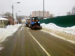 Красногорская городская служба очищает территорию города от снега.