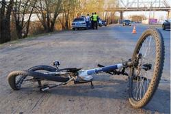 В результате ДТП из двух авто, ехавших в попутном направлении, пострадал велосипедист на встречной полосе, на которого вынесло один из неуправляемых автомобилей.