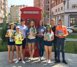 Инспектора ГИБДД пополнили пункт книжного шкафа Urban books книгами по тематике ПДД.