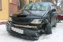 На улице Народного Ополчения в Красногорске произошло ДТП: автомобиль вылетел с дороги на тротуар, где совершил наезд на 16-ти летнюю девушку!