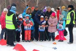 """Юные лыжники, участники фестиваля """"Крещенские морозы"""", перед стартом повторяли правила дорожного движения."""