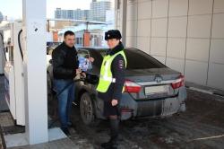 Красногорские автоинспекторы рассказали посетителям автозаправок про возможность оплаты штрафов с 50-процентной скидкой.