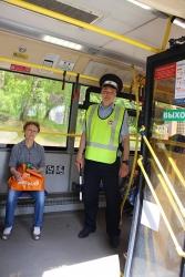 Госавтоинспекторы Красногорска напоминают пассажирам о необходимости держаться за поручни в общественном транспорте.