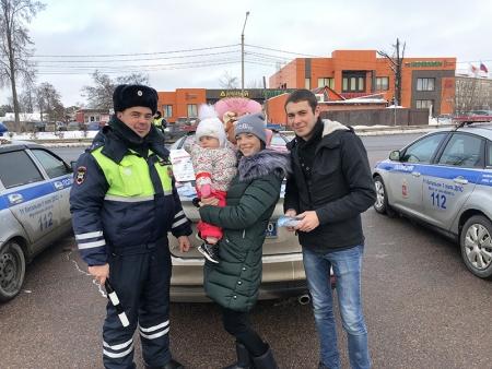 Сотрудники Подмосковной Госавтоинспекции за безопасность маленьких пассажиров.