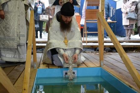 Жители Красногорска дали старт крещенским купаниям.