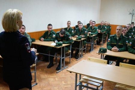 Подмосковные госавтоинспекторы провели занятие для военнослужащих воинской части поселка Николо-урюпино.