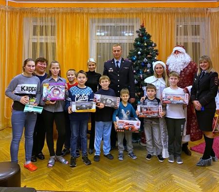 В Красногорске полицейские и общественники провели акцию «Полицейский Дед Мороз» для воспитанников социально-реабилитационного центра!