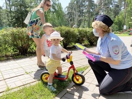 Инспектора ГИБДД Красногорска провели тематические беседы в городском парке Красногорска.