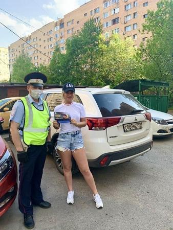 Инспектора ГИБДД городского округа Красногорск раздают жителям тематические листовки!