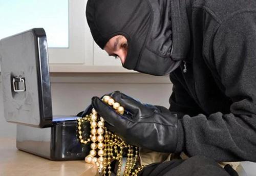 В Красногорске сотрудники полиции раскрыли кражу ювелирных украшений и денежных средств на сумму более 140.000 рублей